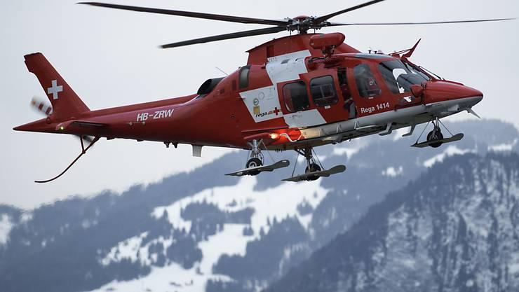 Die Rega flog am Samstag einen in den Waadtländer Alpen verunglückten Bergführer ins Unispital Lausanne. (Symbolbild)