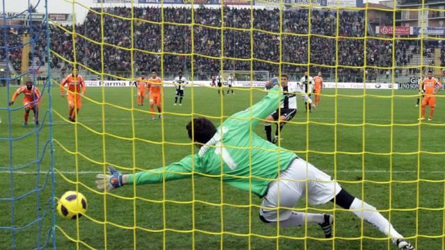 Hernan Crespo trifft per Penalty zum 1:0 für Parma