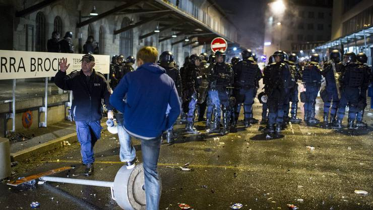 Die Polizei kesselt die Demonstranten der Tanz dich frei-Aktion ein, am Samstag, 21. September 2013 in Winterthur.
