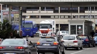 Italienische Automobilisten bei der Ausreise in Ponte Tresa (Archiv)
