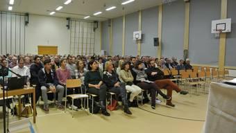 226 Stimmbürger fanden sich am Freitagabend in der Turnhalle Leematten ein, um über das Budget 2016 zu befinden.