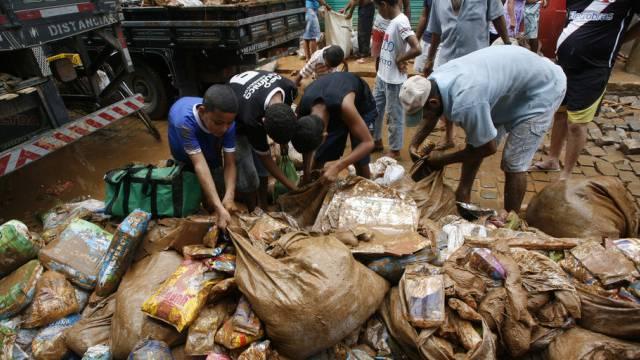 Menschen suchen in Itaguacu nach Lebensmitteln (Archiv)