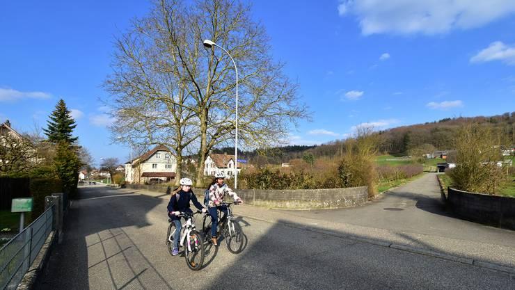 Ab 4. April wird zunächst der Obstgartenweg (rechts) ausgebaut. Der Abtransport des Aushubs von der Baustelle des Notausstiegs Gretzenbach führt dann über die Bielackerstrasse Richtung Schönenwerd (links).