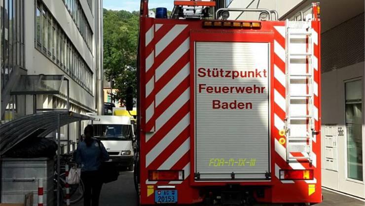 Ein Fahrzeug der Stützpunktfeuerwehr Baden ist während des Einsatzes vor dem Trafo parkiert.