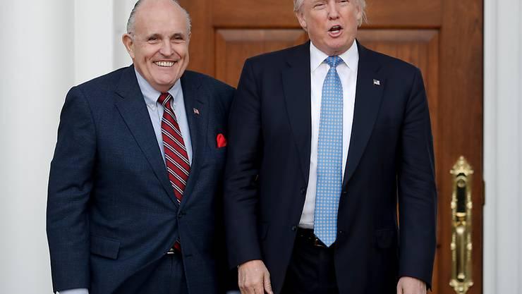 Alte Freunde: US-Präsident Donald Trump und sein neuer Anwalt, der frühere New Yorker Bürgermeister Rudy Giuliani. (Archivbild)