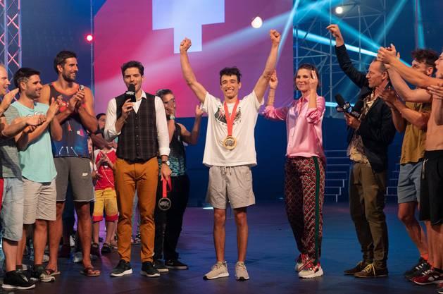 Marco Müller freut sich über den Gewinn der zweiten Staffel, zusammen mit den Moderatoren Maximilian Baumann (links), Annina Frey und Chris Bachmann.