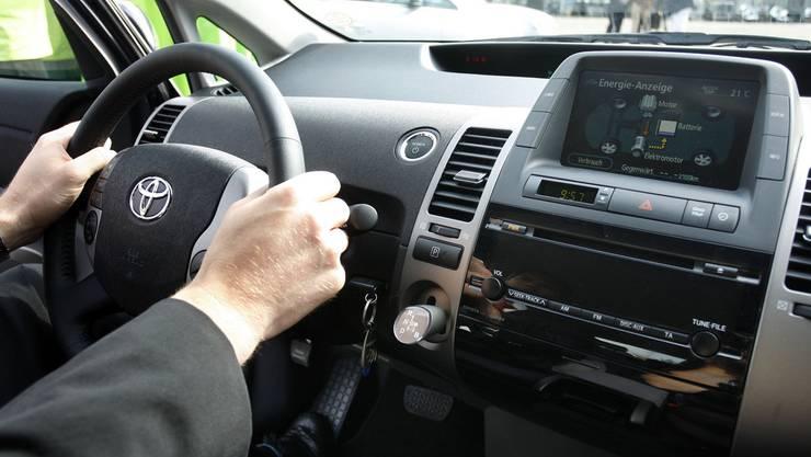 Ein 80-jähriger Autofahrer hat am Mittwochabend in Zürich während der Fahrt das Bewusstsein verloren (Symbolbild).