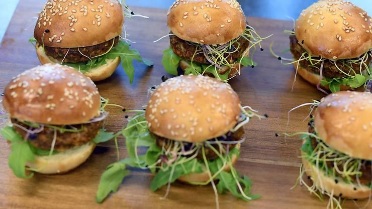 Auf den ersten Blick ist nicht zu erkennen, dass diese Burger Insekten enthalten. Die Insektenprodukte, die seit August im Handel sind, verkaufen sich gut und erobern nun auch die Gastronomie. (Archivbild von einer Degustation im August 2017)
