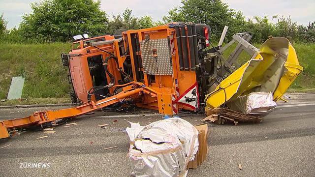 Lastwagen durchbricht Leitplanke