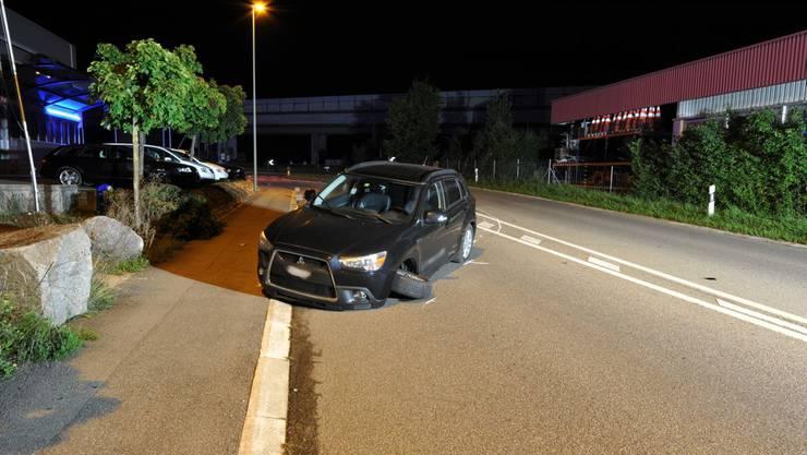 Durch einen harten Schlag wurde die Vorderachse des Fahrzeugs abgerissen.
