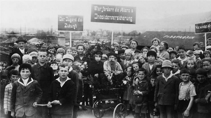 Damals hatte die Stadt Schlieren noch eine starke Arbeiterbewegung: Die 1.-Mai-Kundgebung in Schlieren im Jahr 1927. Schweizerisches Sozialarchiv