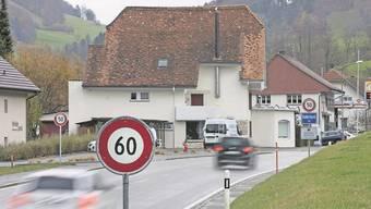 Haben das Problem noch nicht gelöst: Die beiden Verkehrstafeln an der Dorfeinfahrt.