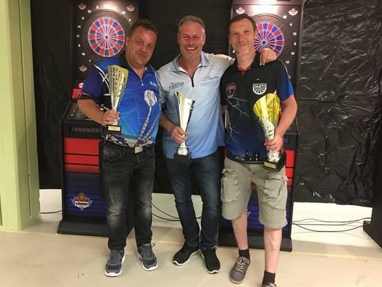 Schweizermeister im Electronic Dart wurde Sven Geiger (Mitte. Mike Kuemmel (rechts) holte sich den zweiten und Roman Wellinger (links) den dritten Platz.