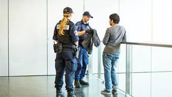 Quittungen bei Kontrollen – hier die Kantonspolizei im Bahnhof Aarau – sind ein umstrittenes Thema.