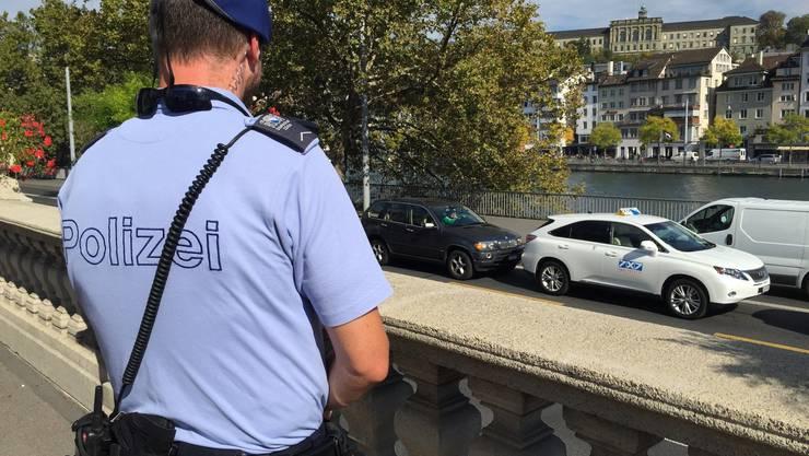 Treten Polizisten in Erscheinung, schnellen sofort Handys von Passanten in die Höhe.