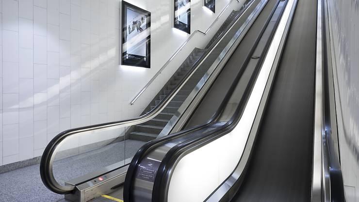 Mit dem Umsatz des Lift- und Rolltreppenherstellers Schindler ist es in den ersten neun Monaten aufwärts gegangen - im Bild eine Schindler-Rolltreppe im Parkhaus Serletta in St. Moritz. (Archivbild)