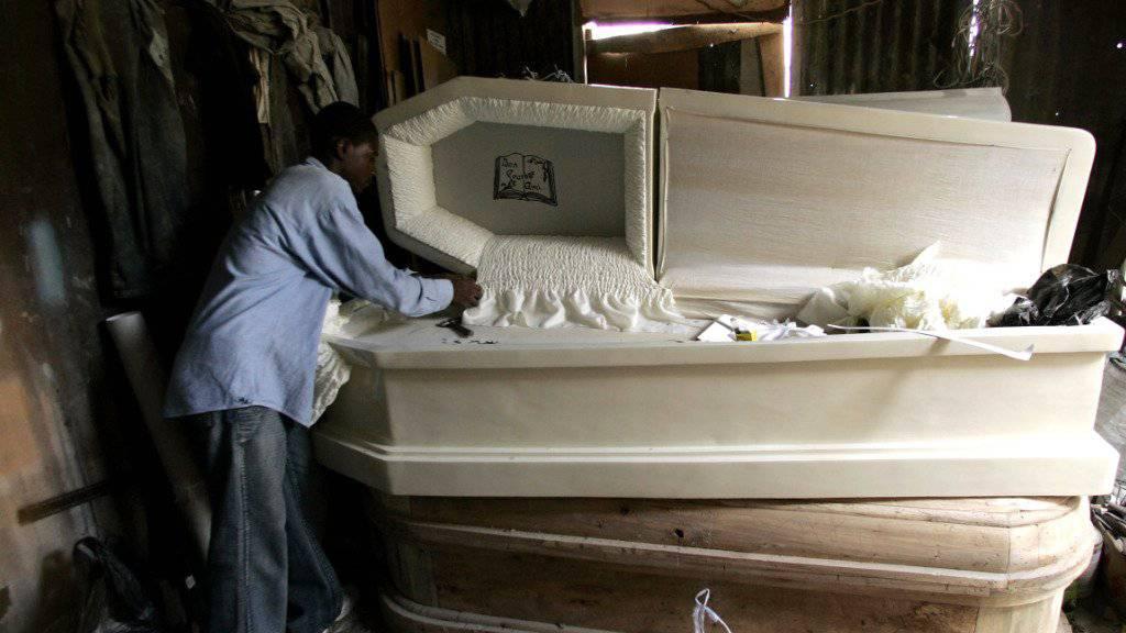 Die Babyleichen in einem früheren Bestattungsinstitut in einer Decke des Gebäudes entdeckt. (Symbolbild)
