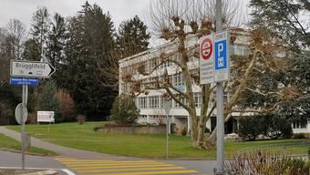 Heinerich-Wirri-Strasse, Zufahrt Sportanlagen Keba und Brügglifeld mit Fahrverbotstafel