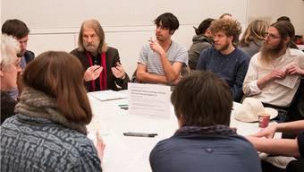 Konrad Oehler (mit rotem Halstuch) konnte auf mehrere Jahrzehnte Kulturleben in Aarau zurückblicken. Sein Appell: «Nicht resignieren.»