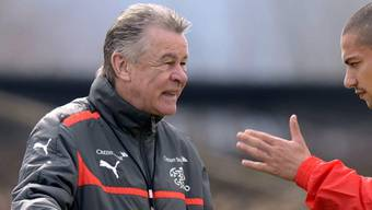 Nationalcoach Ottmar Hitzfeld im Gespräch mit Captain Gökhan Inler