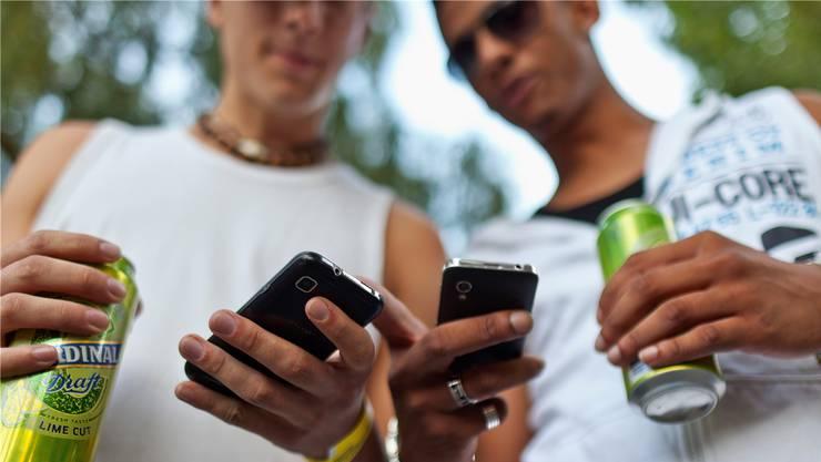 Handys und soziale Medien sind aus der Lebenswelt der Jugendlichen nicht mehr wegzudenken. Der Fall Spreitenbach zeigt: Digitale Provokationen können gefährliche Konsequenzen haben.