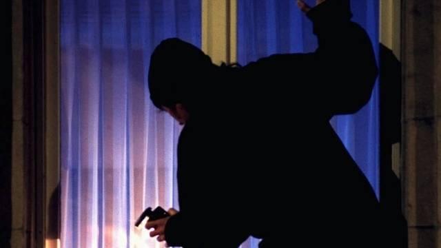 Ein Einbrecher am Werk (Symbolbild)