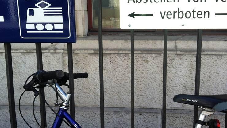 Illegal parkierte Velos gehören bis auf weiteres zum Stadtbild. hpa