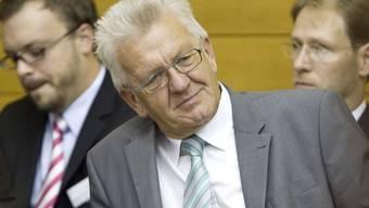 Wahlversprechen eingelöst: Ministerpräsident Winfried Kretschmann (M) (Archiv)