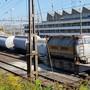 Sechs mit Zement beladene Silowagen sprangen in der Nacht auf Donnerstag im Rangierbahnhof Basel aus den Schienen.