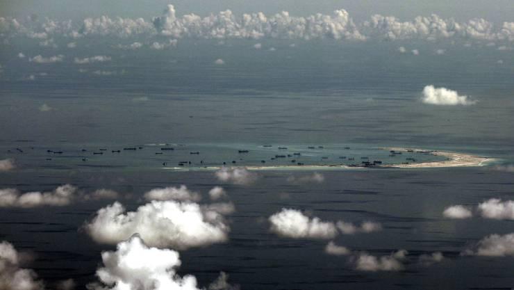 Ein Foto (datiert mit 11.05.15) zeigt eine Übersicht über die künstlichen Spratly-Inseln, die China im Südchinesischen Meer, westlich von Palawan (Philippinen) erschaffen hat.