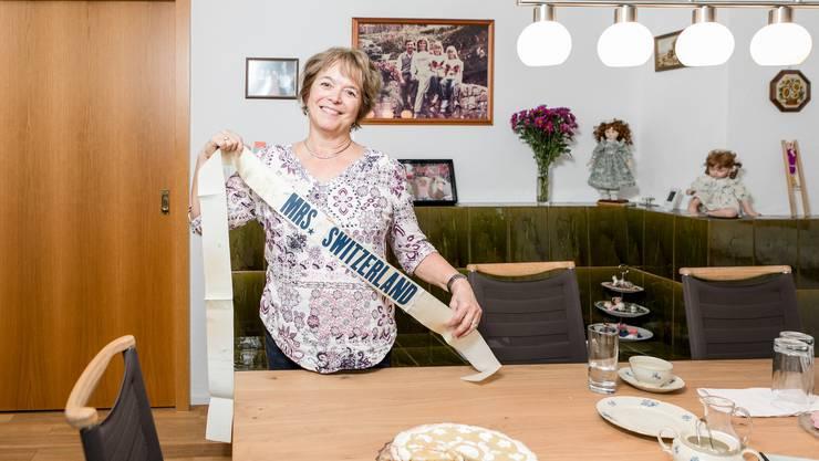 Myrtha Weber aus Untersiggenthal zeigt die Schleife, die sie 1986 als Hausfrau des Jahres erhielt.