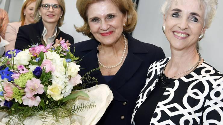 Die neue Präsidentin der FDP Frauen, die Zürcher Nationalrätin Doris Fiala (links, mit Blumen) und ihre Vorgängerin, die Zürcher Regierungsrätin Carmen Walker Späh (rechts).