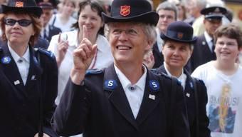 Mitglieder der Heilsarmee  salutieren auf ihre Art (Symbolbild)