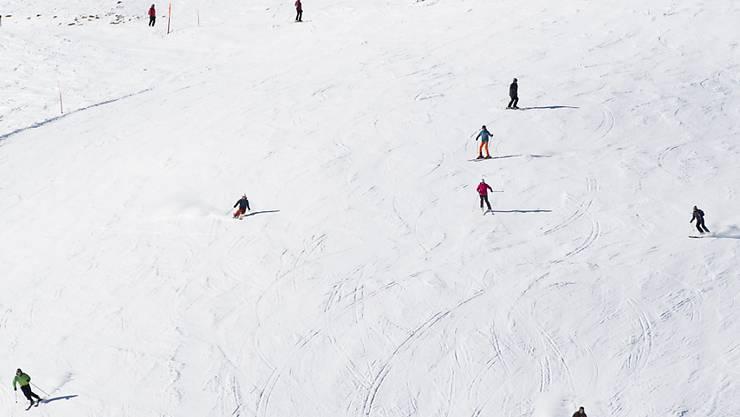 Im Skigebiet an der Lenk BE ist am Donnerstag ein vierjähriges Mädchen bei einem Unfall schwer verletzt worden. Es erlag am Freitag seinen Verletzungen. (Symbolbild)
