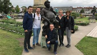 Die Familie von Landammann Urs Hofmann auf einer Ferienreise vor dem Falstaff-Denkmal in Stratford upon Avon. Im Bild Urs Hofmann kniend und seine Frau Monika Graf rechts, mit den erwachsenen Kindern Julian, Elias und Lea (von links). Bild: zvg