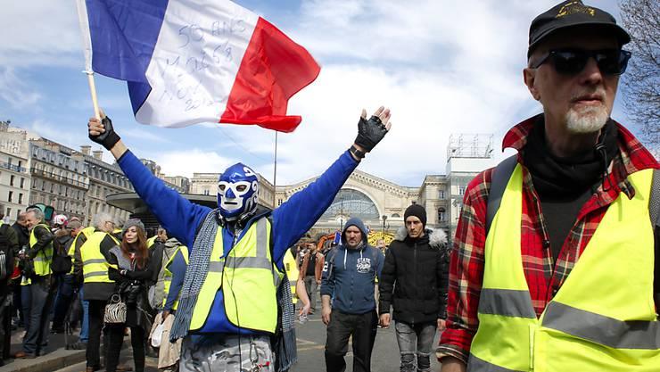 Es werden zwar immer weniger, die in Paris (Bild) und anderen französischen Städten protestieren, aber die Forderungen an Präsident Emmanuel Macron bleiben.
