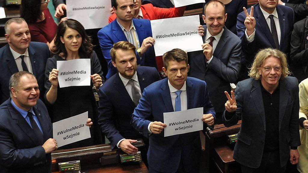 Oppositionelle Sejm-Abgeordnete protestieren gegen die Neuregelung. «Freie Medien im Sejm» steht auf ihren Karten