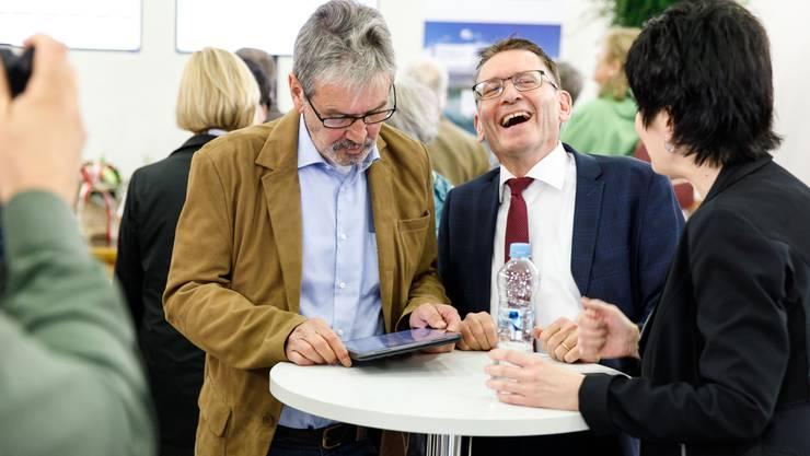 Hat gut lachen: Pirmin Bischof (rechts) wurde im ersten Wahlgang wieder in den Ständerat gewählt. Sein bisheriger Kollege Roberto Zanetti (links), muss in den 2. Wahlgang.
