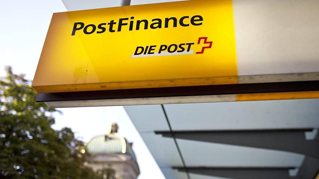 Weniger Kontaktzentren, weniger Büroflächen und kleinere Filialen: Postfinance strafft das Geschäft und baut Arbeitsplätze ab. (Archivbild)