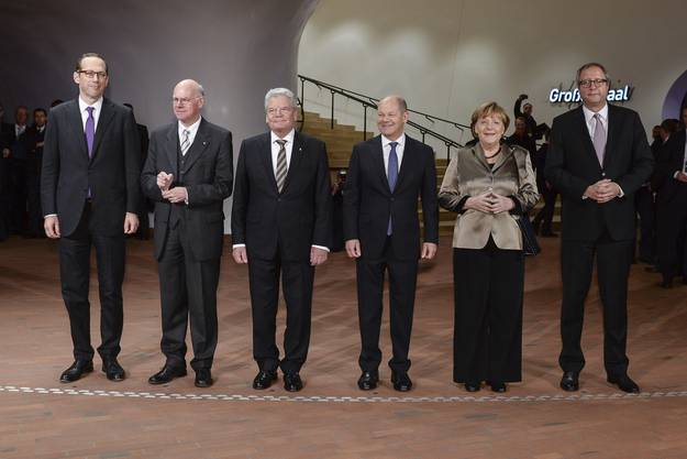 Verfassungshof-Präsident Andreas Vosskuhle, Bundeskanzlerin Angela Merkel, Bürgermeister Olaf Scholz, Bundespräsident Joachim Gauck, Bundestagspräsident Norbert Lammert und Generalintendant Christoph Lieben-Seutter (v.r.)