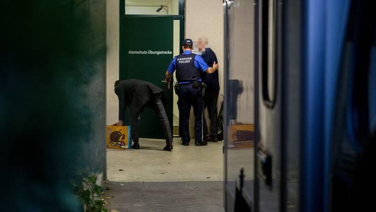 Der Angeklagte wird von einem Kantonspolizisten ins Kantonale Zivilschutzausbildungszentrum in Eiken geführt. Dort beginnt heute Montag, 21.11.2016 der Prozess im Betrugsfall.