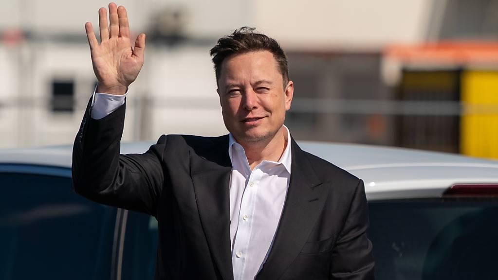 Tesla-Chef Elon Musk versucht die Erwartungen bei der Weiterentwicklung von Batterien zu dämpfen, was sich umgehend auf die Tesla-Aktien auswirkt. (Archivbild)