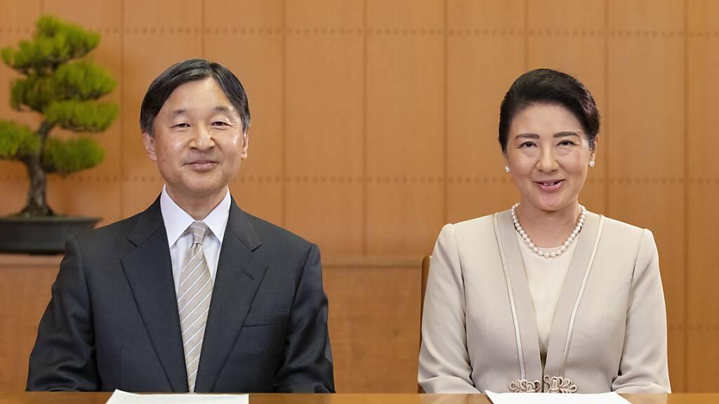 Japans Kaiser Naruhito und seine Frau Kaiserin Masako sprechen am 28. Dezember ihre Neujahrs-Videobotschaft ein. Foto: The Imperial Household Agency of Japan/AP/dpa
