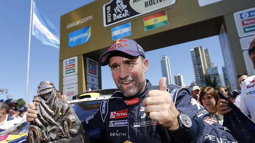 Stéphane Peterhansel mit der Trophäe für den Sieg beim Dakar-Rallye