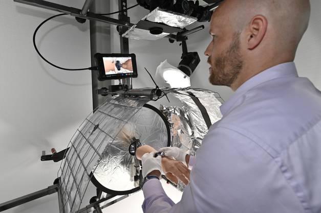 Kooperation:  Simon Wyss platziert die Uhr auf dem künstlichen Arm.