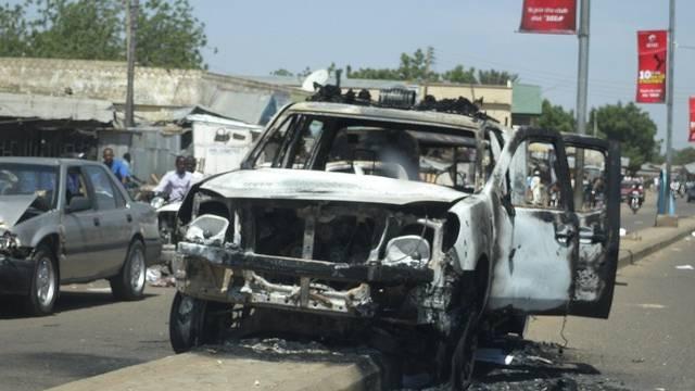 Ein ausgebranntes Auto von Sicherheitskräften in Damaturu im Norden Nigerias