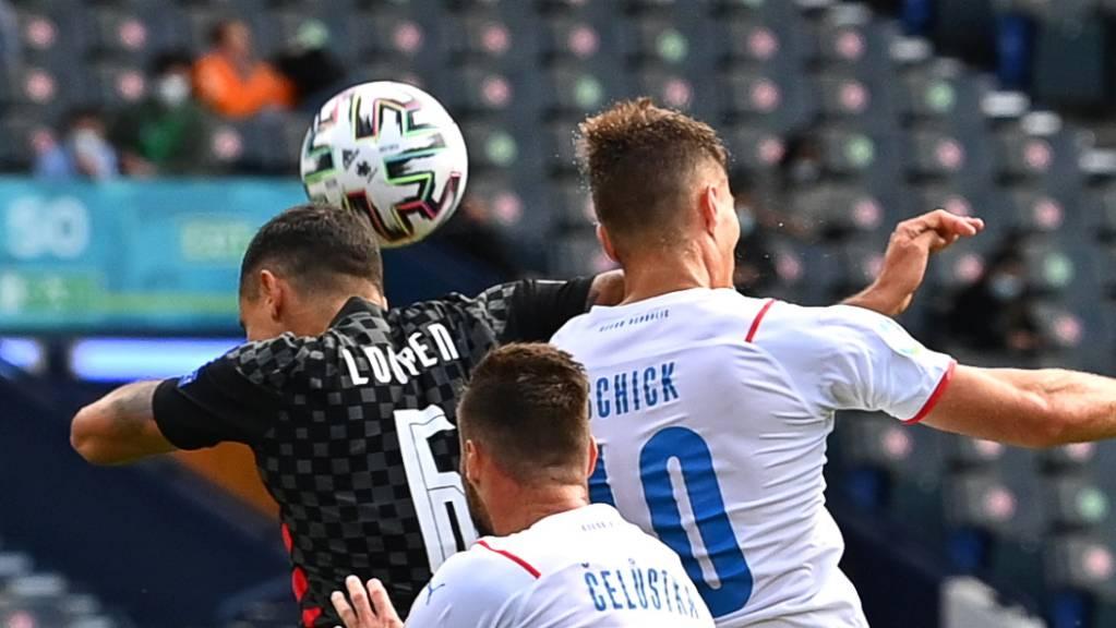 Kampf um Zentimeter: Der Kroate Dejan Lovren (links) gegen Patrik Schick (rechts). Diese Aktion des Kroaten führte zum Foulpenalty für Tschechien