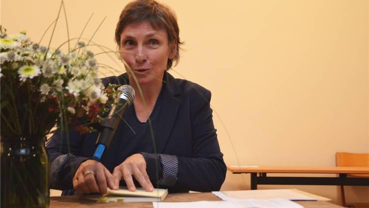Margrit Konrad liest aus ihrem Buch «ihaaret em Räägeboge» schöne, auch nachdenkliche Mundarttexte. Eddy Schambron