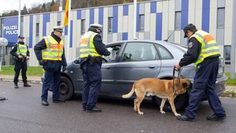 Einheiten der deutschen Bundespolizei kontrollieren ein Fahrzeug an der Grenze zu Frankreich..jpg