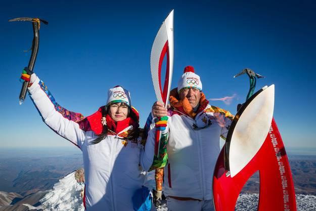 Die Olympische Fackel auf dem höchsten Berg Russlands